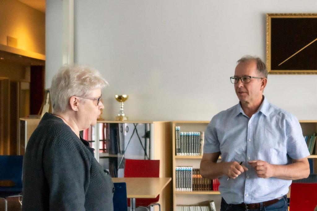 Pertunmaalla asuva rouva ja Harri Karhu keskustelevat kaukolämpöliittymästä.